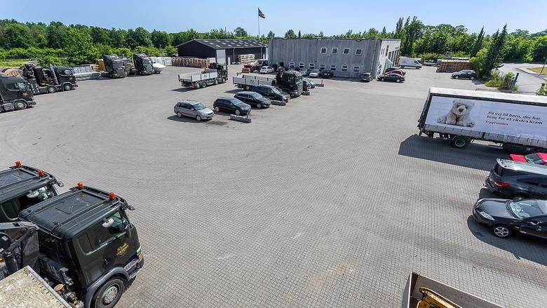 Ejendommen huser 2 bygninger, dertil hører der en stor plads der i dag bruges til parkering