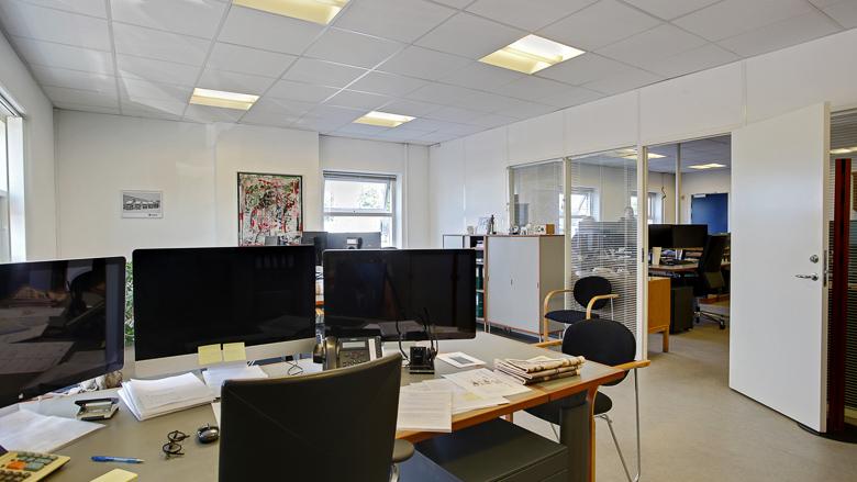 Et af hovedbygningens kontormiljøer