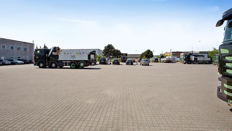 Ejendommens parkingsplads